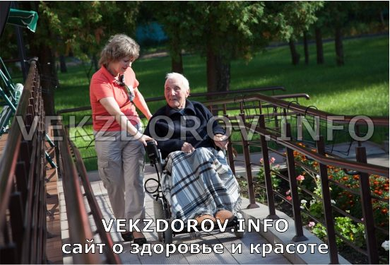 престарелый человек на коляске